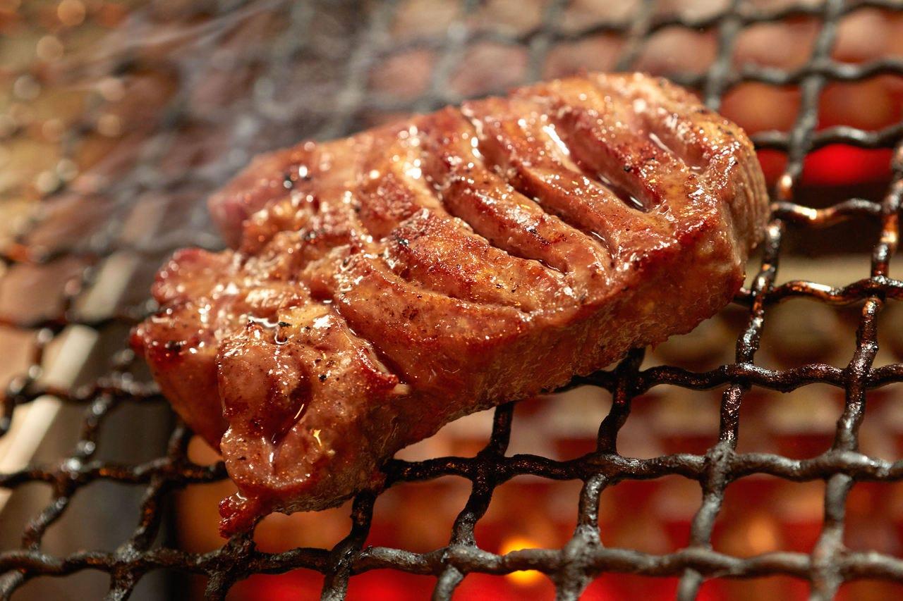 リピート間違いなしの「厚切り牛タン炙り塩焼き ¥980-(税別)」