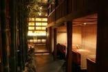 木の温もりを感じられる、 落ち着いた雰囲気の店内です