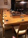 カウンター9席,掘りごたつ式テーブル4席×2+2席