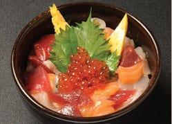 醤油と玉子でからめた刺身の漁師スタイルの海鮮丼♪♪