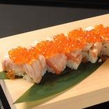 炙りサーモンとイクラの棒寿司