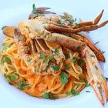 渡り蟹のパスタなどこだわりの料理の数々がテーブルを彩ります。