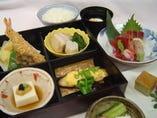 お昼の会食にどうぞ。 松花堂弁当¥2,500~ 要予約