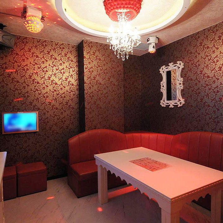 シャンデリア輝く贅沢カラオケ個室