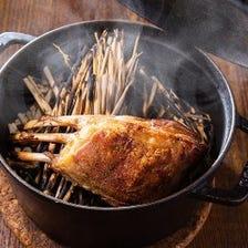 骨付き仔羊のダッチオーブン焼き 藁の燻製仕上げ