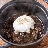 熟成短角牛すじ肉の黒ビール煮込みとポーチドエッグ(バケット付)