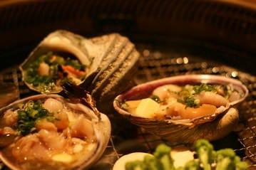 炭火で焼く鶏、ホルモン、魚介に野菜