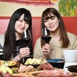 常時約70種類を取り揃えたワイン。お好みに合わせてお選びします