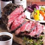 これぞ肉料理!厚切りにカットした国産牛100%のローストビーフ