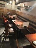 奥のテーブル席で2名、8名、16名、最大24名様など幅広く対応可。