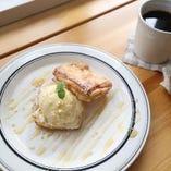 あたたかいデニッシュ生地に冷たいアイスをサンドしたこれまた絶妙なデザート♪あったかデニッシュのアイスクリームサンド500円(税込)♪