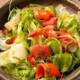 市場直送の新鮮魚介をふんだんに使用した海鮮サラダ