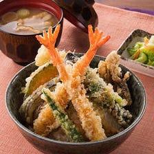 『天丼』…揚げたて天ぷらをこだわり米の熱々ごはんに♪