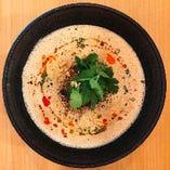 『胡麻担担麺』濃厚でクリーミーな白いスープが特徴です。