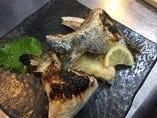 かまの塩焼き 鰤 鯛 サーモンなどです。(写真は鰤です、)