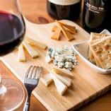 ワインにあわせるチーズにもこだわりを!チーズソムリエが厳選したとっておきをご用意しています。