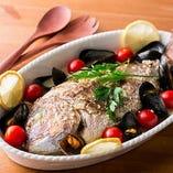 「レグナスペシャルコース」のメインに据えた「本日の特選魚介のアクアパッツァ」は、旬の鮮魚を豪快に味わう一品です。