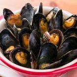 「女子会コース」で食べられる「ムール貝の白ワイン蒸し黒こしょう風味」は、底の方にたまった旨味たっぷりのスープも美味♪
