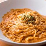 こだわり食材で作る「北海道産タラバガニのトマトクリームパスタ」は、カニとアメーラトマトソースのダブルの旨味が押し寄せる自慢の逸品です。