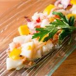 様々な魚介の食感と酸味が食欲をかきたてる「魚介の地中海マリネ」です。