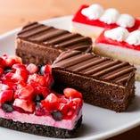 宝石のような可愛いミニケーキ。甘い物は別腹でお楽しみあれ♪