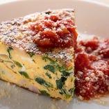 「季節野菜と絶品卵のフリッタータ」は、旨味が濃厚な地養卵の卵液に旬の野菜を合わせて焼き上げたイタリアのオムレツです。外が焦げない絶妙な温度で中までじっくり火を通し、フワッとした食感に仕上げています。