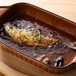 いわし一匹を丸ごと漬けた自家製オイルサーディンをオーブンで焼き上げた「熱々 自家製オイルサーディン」です。バケットやフォカッチャと一緒にどうぞ!