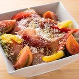 生ハムと野菜を一緒に食べると、相乗効果で食が進みます。たっぷりサイズの「生ハム!サラダ!」です。