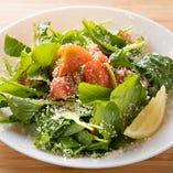 高糖度のアメーラトマトを贅沢に使ったサラダが「アメーラトマトとルッコラのサラダ」です。ルッコラのほどよい苦味がトマトの甘味を一層引き立てます。