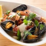 「魚介のアクアパッツァ」は、旬の白身魚にアルゼンチン赤海老、ムール貝やドライトマトなど具材たっぷり!魚介の出汁と旨味を1つのお皿にまとめた自信作です。(ご提供までに少々お時間をいただきます。)