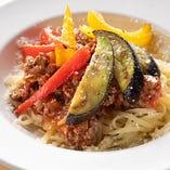 じっくり煮込んだボロネーゼソースを生パスタに合わせ、さらにパプリカやナスのグリルをあしらった「レグナ ボロネーゼ」。当店の名を冠したオリジナルです。