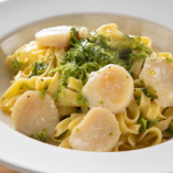 鮮やかな緑色と海苔の香りに五感が刺激される「あおさのりとほたてのクリームパスタ」は、魚好きの方にこそ召し上がっていただきたい一皿です。