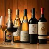 ワインはイタリア産に限定せずバリエーション豊かに、常時グラス5種とボトル約35種をご用意しています。赤はミディアムからフルボディを中心に、白やスパークリングは比較的辛口を中心にしたラインナップです。グラススパークリングもございます。
