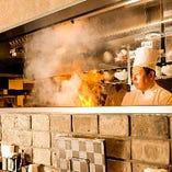 《オープンキッチン》 中華も醍醐味!臨場感あふれる調理シーン