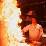 九段下で!豪快な火柱を上げる「藁焼きカウンター」