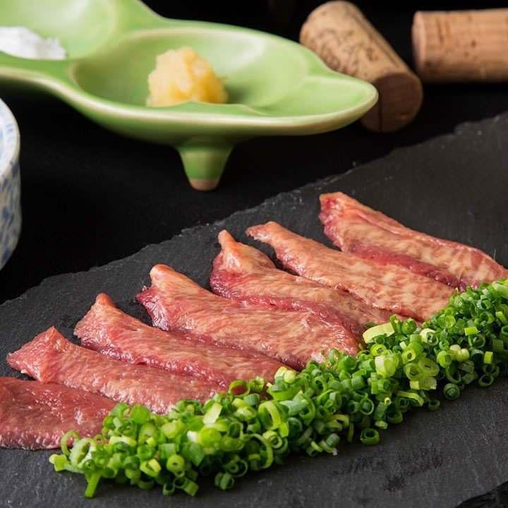濃厚な旨味が魅力のタンを刺身で味わえるのは馬肉ならでは◎