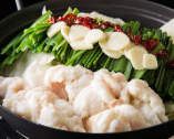 【塩もつ鍋】 常連様に人気の塩もつ鍋。〆は細麺の卵麺で