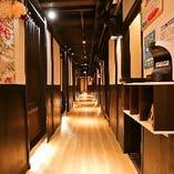 [風情溢れる店内] プライート感溢れる個室と非日常の和の雰囲気