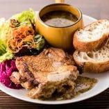 本日の鶏もも肉のしっとりソテー【サラダ・スープ・パン付き】