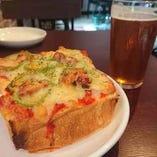 ベイクアップの厚切りパンでチーズたっぷりピザトースト