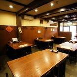 1階のメインフロアは和の雰囲気漂うテーブル席が多数