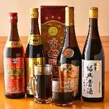 紹興酒はグラス400円~。ボトルも種類豊富