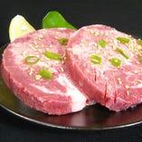 外はサクッと中は旨味たっぷりの肉汁が溢れだす「厚切上タン塩」