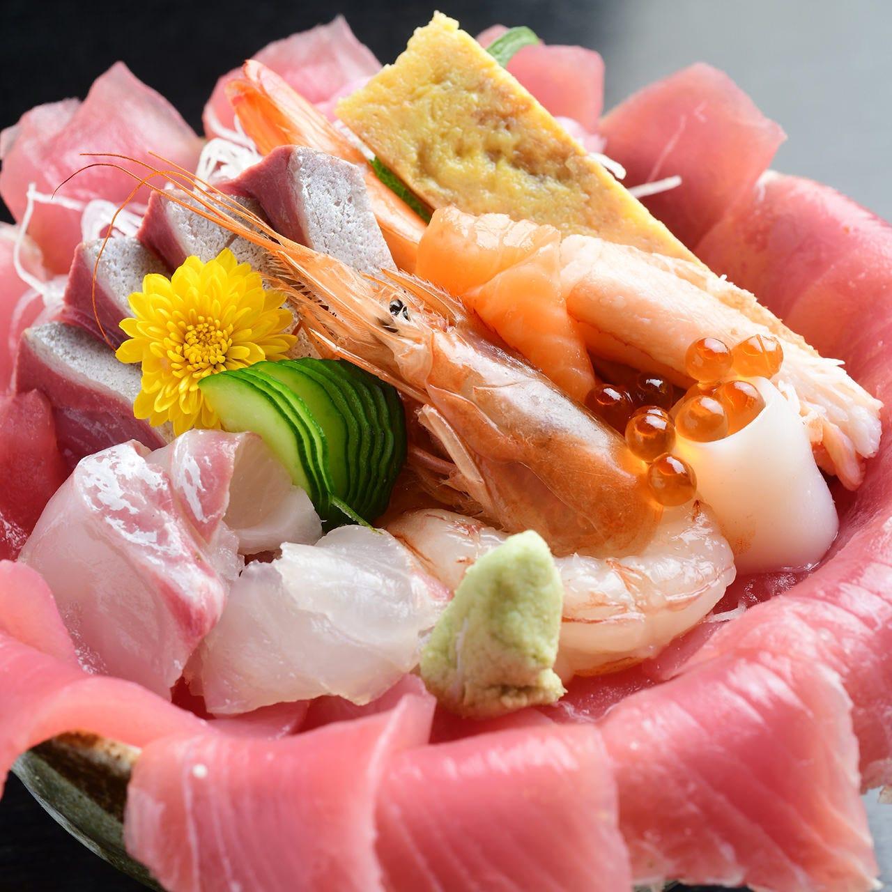 約8種の鮮魚がたっぷり「季節のスペシャルランチ海鮮丼」