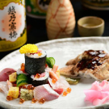 色とりどりの海鮮と細巻を味わえるボリューム満点の「こぼれ海鮮巻」