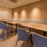 シンプルな内装の半個室席は、居心地の良い空間です。