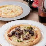炭焼きハラミとグリュエールチーズのピザ
