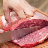 厳選したブランド肉を炭焼きやタパスでご提供しています。