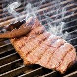 炭の香りと、じっくり焼き上げ濃縮された旨みをご堪能ください。