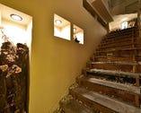 2階のBARへと続く階段。1階のお肉料理が注文できます!